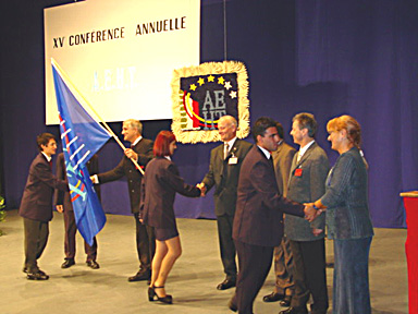 The official handing over of the flag to the Eleonora Ruffini school.