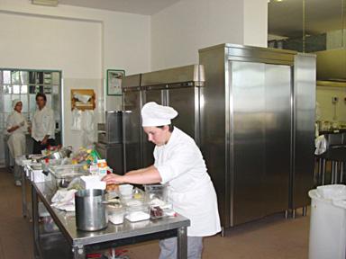 Pātisserie : dans les cuisines de l'IPSSAR, les pātissiers (čres) sont ą l'œuvre
